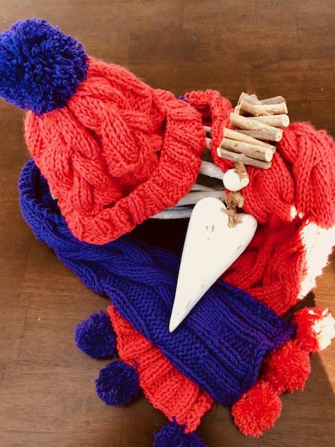 Kindermütze-handgestrickt-zopfmuster-bommel-mit schal